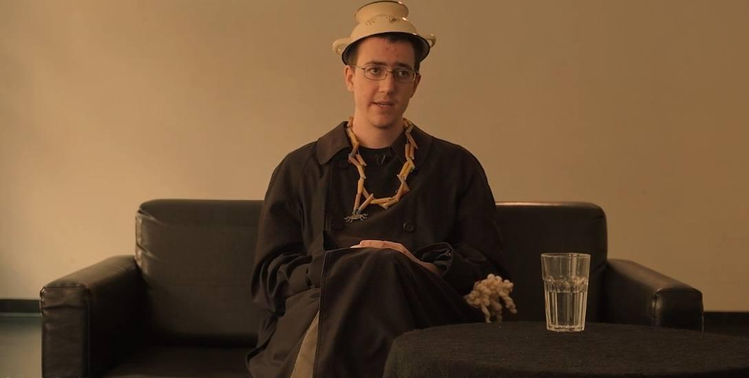 """- W kolejnym nabożeństwie ekumenicznym też wezmę udział jako duchowny Kościoła Latającego Potwora Spaghetti. Spodobało mi się. (kadr z filmu """"Kościół,"""