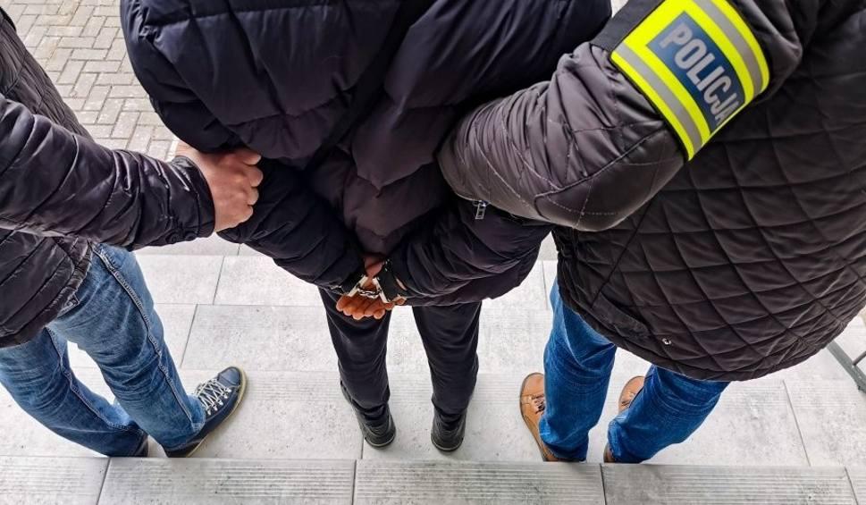 Film do artykułu: Białystok. Kurier fałszywych policjantów zatrzymany na gorącym uczynku. Został aresztowany (zdjęcia, wideo)