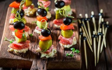 Koreczki z salami, marynowanych warzyw i sera pleśniowego.