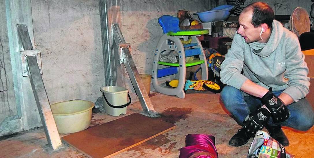Pan Marcin Głowacki na poddaszu zalanym wodą z cieknącego, po montażu masztu nadajnika,dachu bloku przy ulicy Wyszyńskiego w Szczecinku
