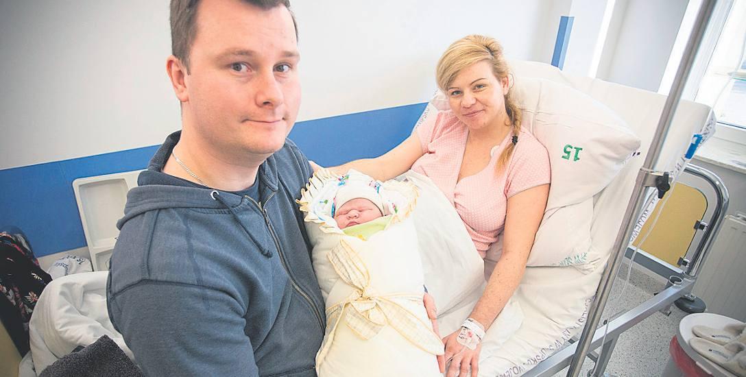 Adrianna Olszewska z rodzicami Pauliną i Adrianem. Po urodzeniu dziewczynka ważyła 4,380 kg.