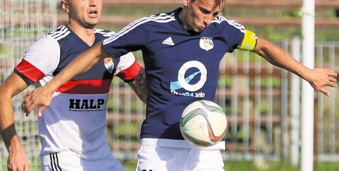 Maciej Ropiejko (niebieska koszulka) to lider Morzycka Moryń. Od wiosny 2008 r. grał w Pogoni Szczecin. Odszedł w 2011. Później grał w Kotwicy, Chojniczance,