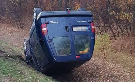 Do dachowania busa doszło we wtorek, 13 listopada, na trasie koło Leśniowa Wielkiego pod Zieloną Górą. Kierujący busem citronem jumper najprawdopodobniej