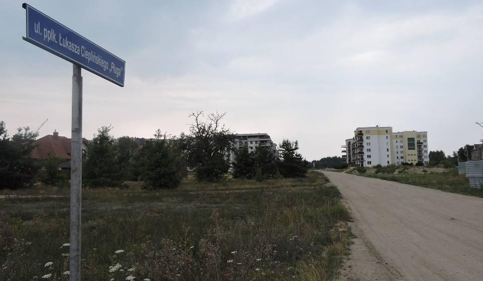 Film do artykułu: Ostrołęka. Ulica Cieplińskiego czeka na budowę ponad 7 lat. Mieszkańcy się niecierpliwią. Co na to ratusz?