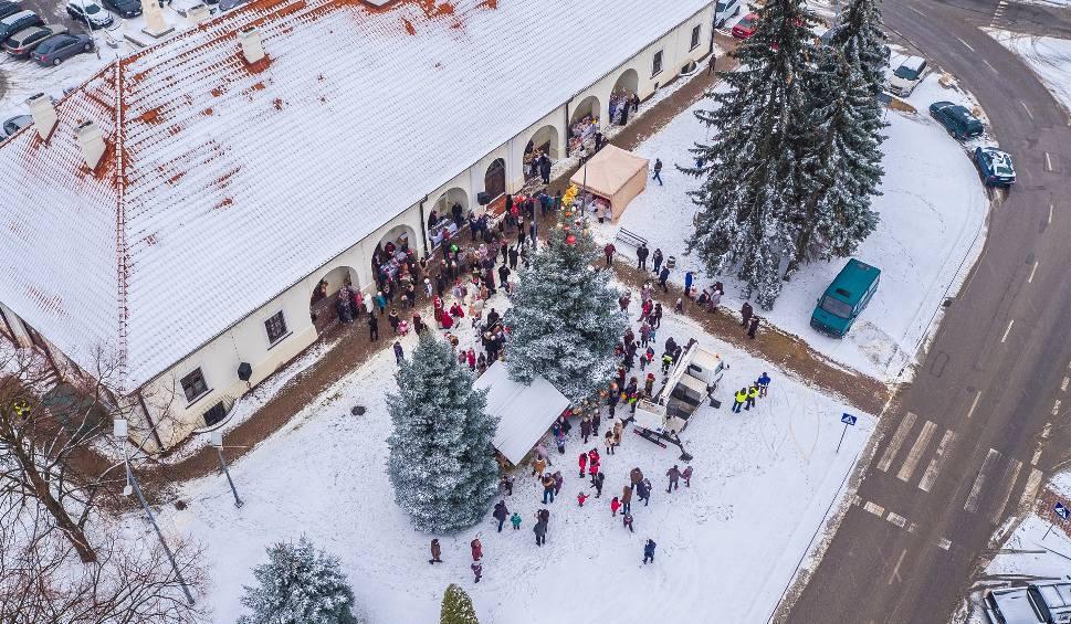 """Film do artykułu: Wielkie ubieranie choinki w Staszowie i...filmowa akcja """"Niemagistra""""(DUŻO ZDJĘĆ)"""