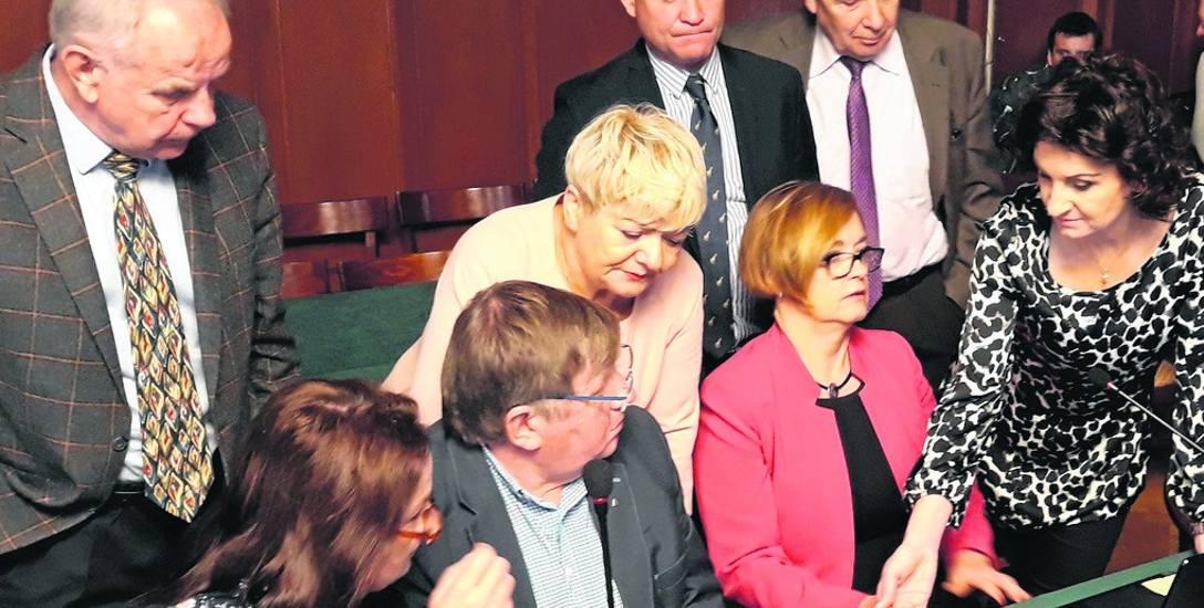 Radni przed głosowaniem zgłębiali umowę dot. pożyczki udzielanej przez WFOŚiGW.
