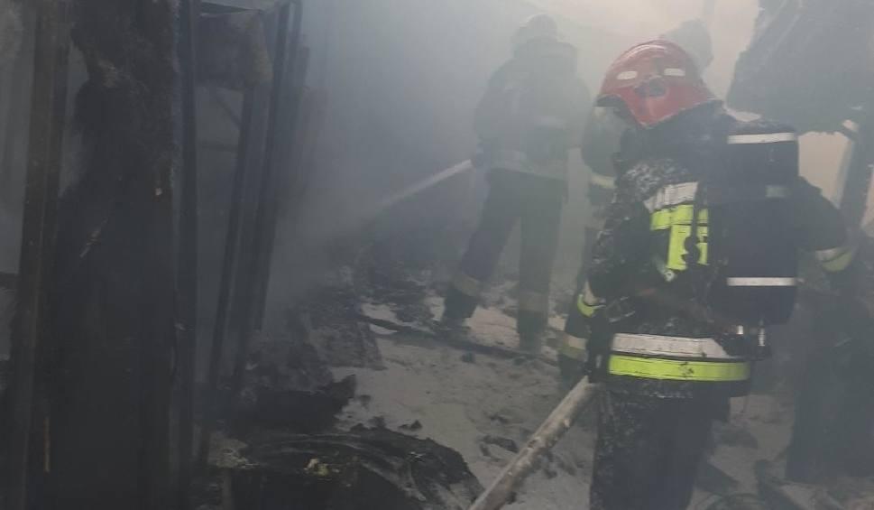 Film do artykułu: Krosno Odrzańskie: Strażacy walczą z pożarem w zakładzie Laminart przy ulicy Gubińskiej