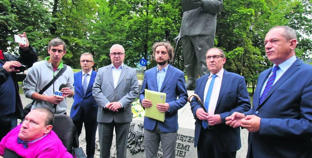 Katowice: śląscy samorządowcy i politycy pod pomnikiem Jerzego Ziętka w parku Powstańców Śląskich. Pomnik, który zgodnie z ustawą trzeba usunąć, powstał