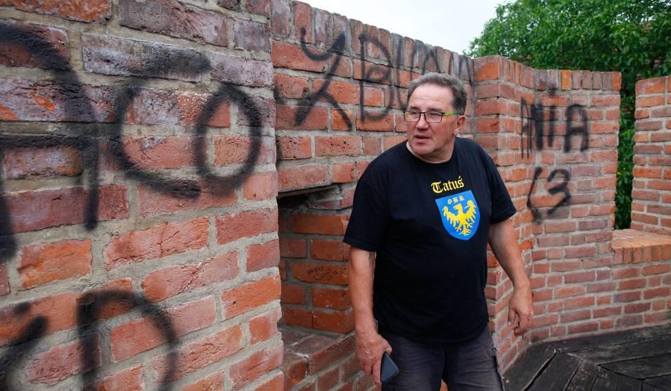Film do artykułu: Ktoś oszpecił mury obronne na bulwarze ks. Baldego w Opolu