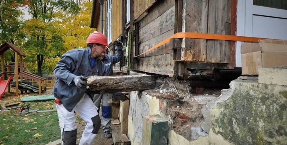 Wykonawca remontu wyjął stare podwaliny i wsunął na ich miejsce nowe, o 10 cm wyższe od spróchniałych