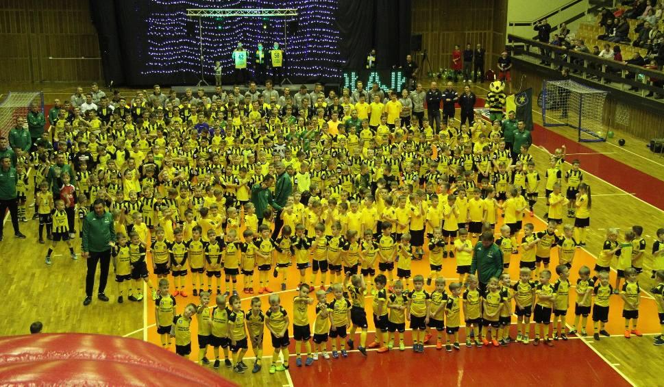 Film do artykułu: Siarkowe Mikołajki w Tarnobrzegu już po raz czwarty bawiły dzieci na sportowo. Gościem specjalnym był Mariusz Kukiełka (zdjęcia)