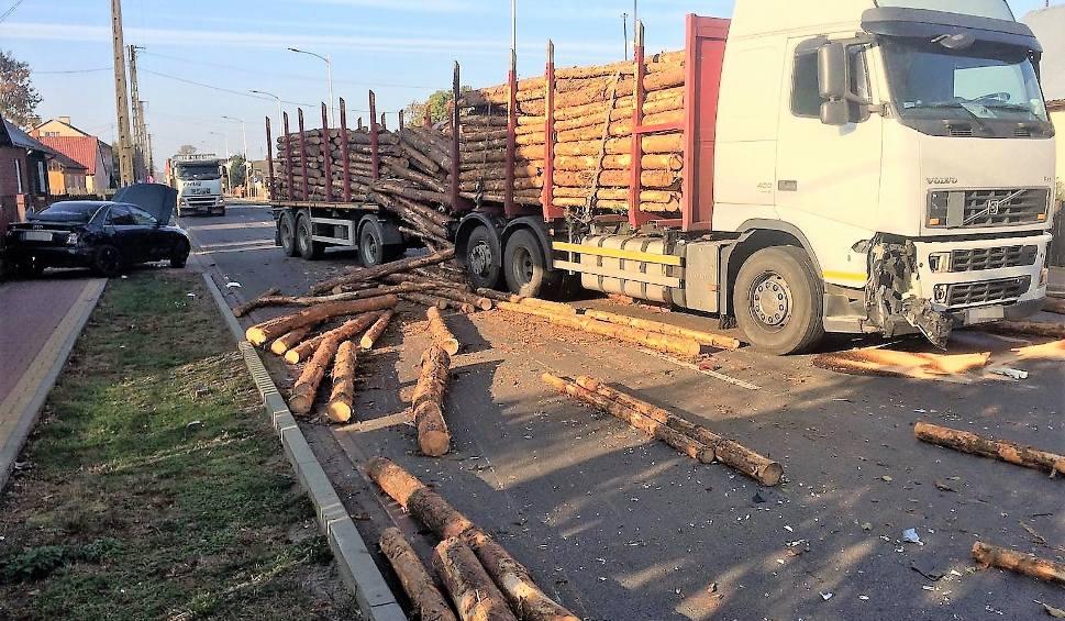 Film do artykułu: Wypadek w Jednorożcu: ciężarówka zderzyła się z audi. Bele drewna zablokowały drogę [ZDJĘCIA]