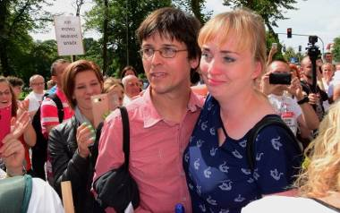 Ci rodzice w sierpniu wygrali w Inowrocławiu. Sąd uznał, że były przeciwskazania, by szczepić ich córkę. Przed sądem zebrali się wtedy inni rodzice,