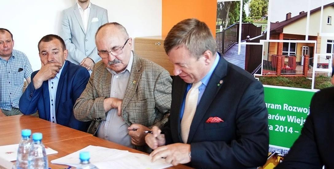 Umowę o dofinansowaniu inwestycji podpisali w Jatkach, od prawej: Jarosław Rzepa - wicemarszałek województwa zachodniopomorskiego i Krzysztof Atras -
