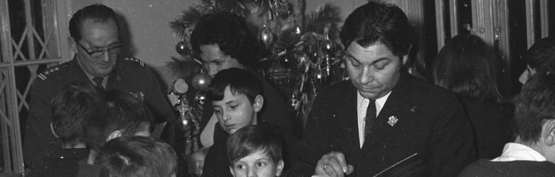 """1967Literaci odwiedzający szkołę w Konstancinie podczas świąt Bożego Narodzenia.Lata 60. to czas względnej, """"małej stabilizacji"""", choć"""