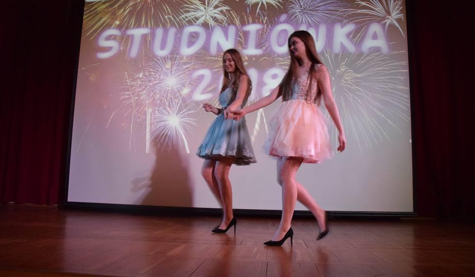 Film do artykułu: Moda studniówkowa 2018: Jak się ubrać na studniówkę? Pokaz w Zespole Szkół nr 1 w Tychach ZDJĘCIA
