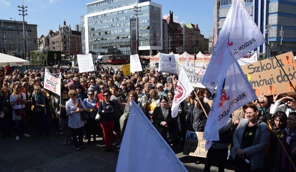 Film do artykułu: Strajk nauczycieli w Śląskiem MINUTA PO MINUCIE 18 kwietnia 2019 Czwartek będzie przełomem? 18.04.2019