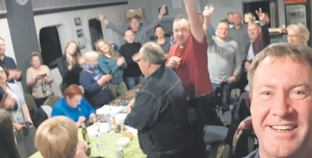 Radość po zwycięstwie.Sztab wyborczy Krzysztofa Zacharzewskiego,burmistrza Złocieńca chwilę po ogłoszeniu wyników