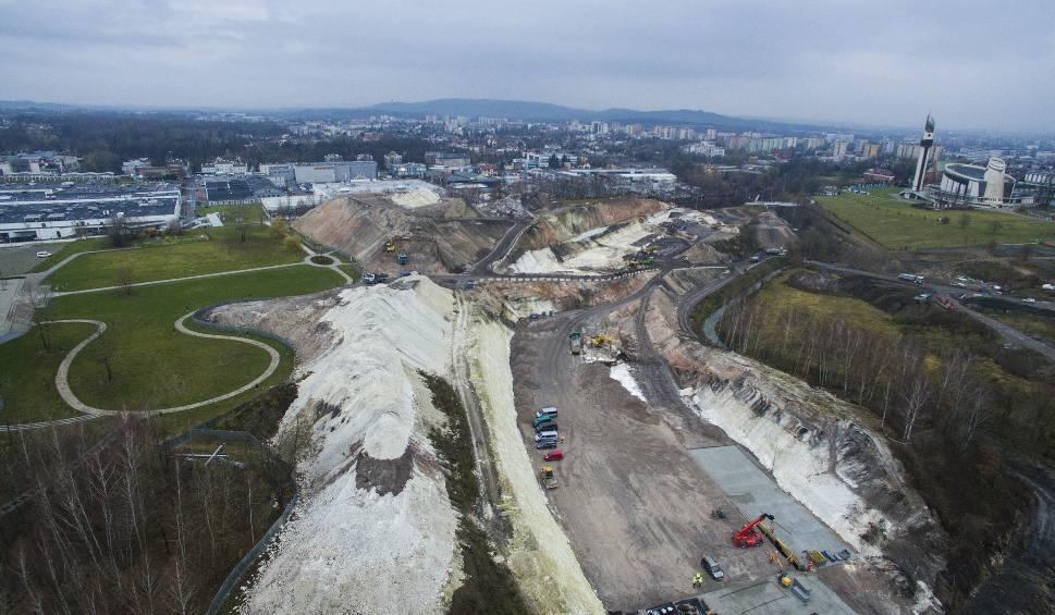 Film do artykułu: Budowa Trasy Łagiewnickiej w Krakowie robi ogromne wrażenie [ZDJĘCIA Z DRONA]