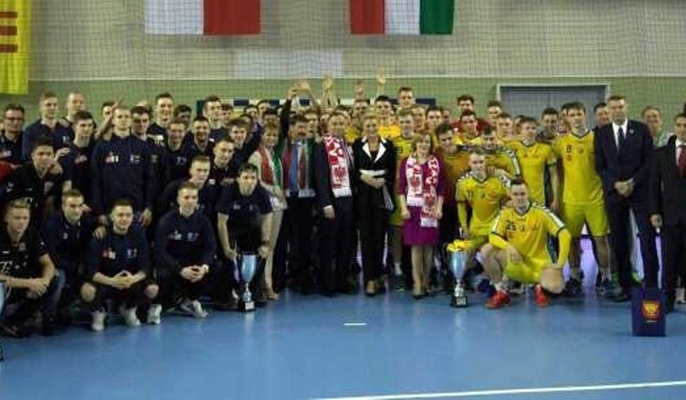 Film do artykułu: Polacy przyjaźni dla Węgrów w kieleckim turnieju juniorów. PGE VIVE zdobyło punkt w ostatnim meczu. Prezydenci obu krajów na zakończeniu
