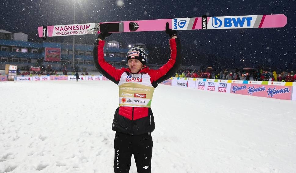 Film do artykułu: Dawid Kubacki skacze jak natchniony. Wygrał konkurs skoków narciarskich w Titisee-Neustadt