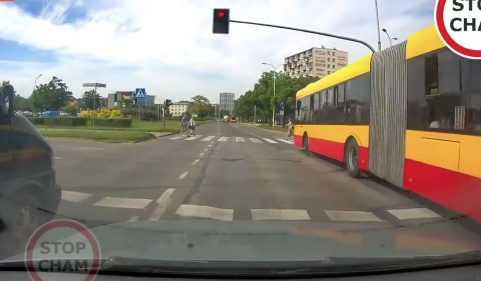 Film do artykułu: Autobus Miejskiego Przedsiębiorstwa Komunikacji w Kielcach ruszył na czerwonym świetle, na pasach byli przechodnie. Film mrozi krew w żyłach