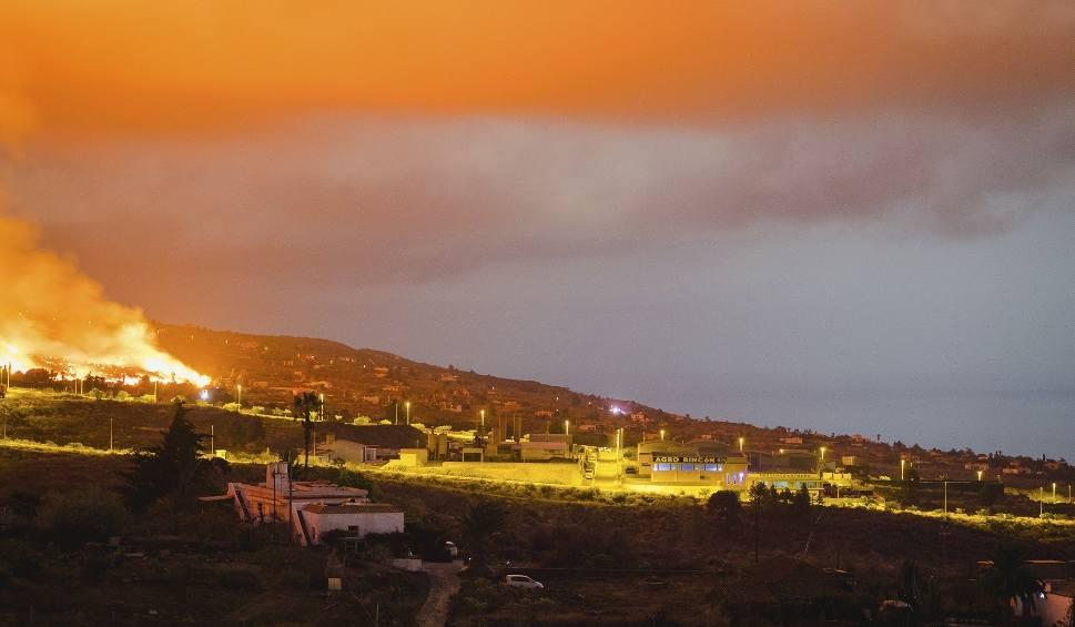 Film do artykułu: Wyspy Kanaryjskie: Horror na La Palma. Lawa z wulkanu Cumbre Vieja płynie w kierunku morza, niszczy wszystko po drodze [NA ŻYWO] [WIDEO]
