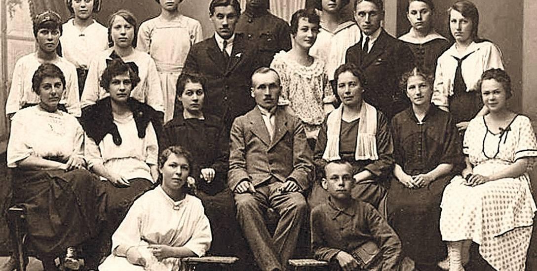 Nauczyciele Szkoły Powszechnej nr 1 w Białymstoku. W środku siedzi dyr. Michał Motoszko. 28 czerwca 1921 r.