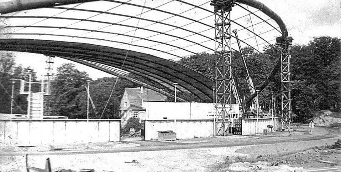 Amfiteatr zyskał unikalny w swojej konstrukcji dach, zaś obok niego urządzono ok. 400-metrowy deptak