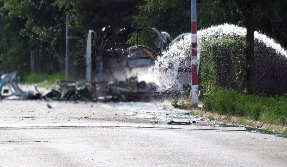 Film do artykułu: Częstochowa. Wybuch furgonetki z gazem. Zginęły dwie osoby. Policja czeka na schłodzenie zbiorników, by móc zebrać ślady