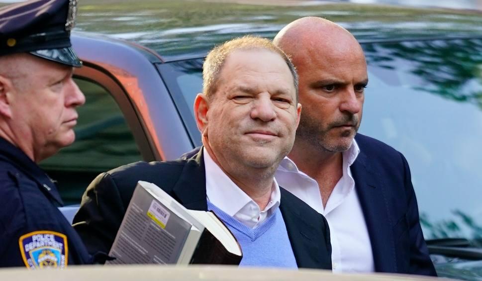 Film do artykułu: Harvey Weinstein usłyszał pierwsze zarzuty o gwałt. Wyszedł z aresztu za milionową kaucją