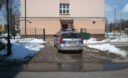 Ul. Częstochowska: Policyjny radiowóz zastawił wjazd
