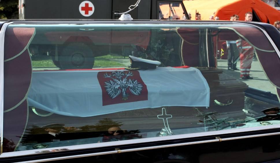 Film do artykułu: Katastrofa smoleńska. Szczątki 7 osób w trumnie Andrzeja Karwety