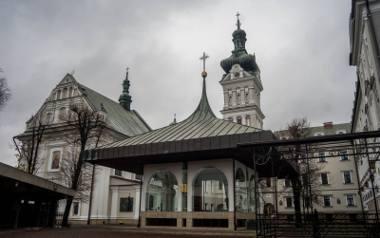 Kościół i klasztor na tuchowskim wzgórzu trudno przeoczyć