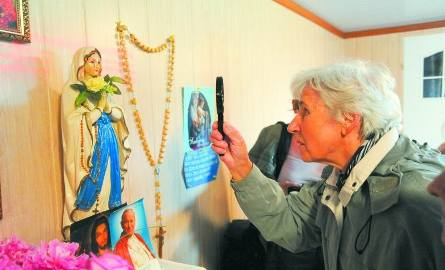 Ludzie przyjeżdżają do Hryniewicz codziennie. Modlą się, robią zdjęcia. Oglądają figurkę Matki Boskiej przez lupę.