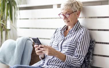 Super Seniorzy na Instagramie i Facebooku. Czas włączyć smartfona i być online!