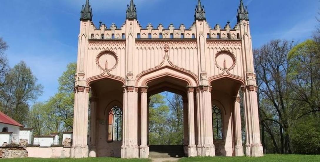 Z majątku generała Paca pozostała m.in. okazała brama wjazdowa i kordegarda, gdzie odbywają się imprezy kulturalne.