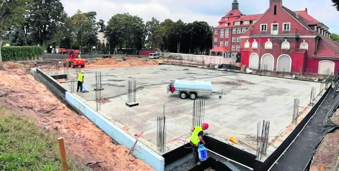 Widok na plac budowy hali sportowej Szkoły Podstawowej nr 1 od strony dawnej komendy policji