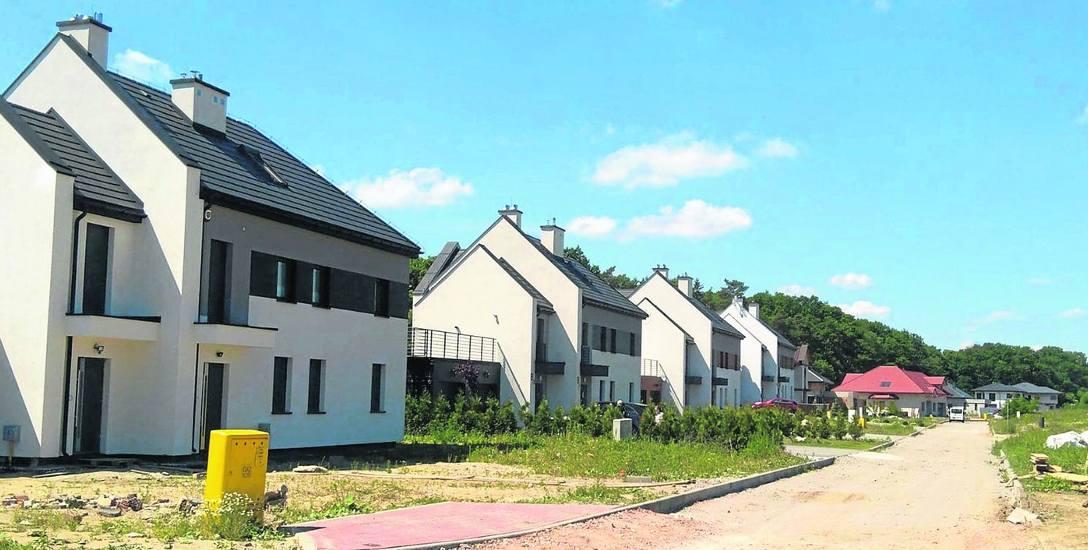 Oto sześć budynków w Różankowie, które miały być cichą podtoruńską przystanią. Teraz prace na własny koszt wykonują tu tylko niektórzy mieszkańcy.