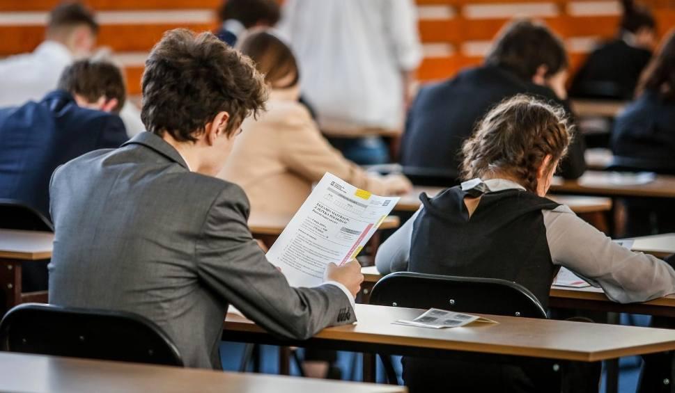 Film do artykułu: Matura 2020, egzamin ósmoklasisty 2020 - znamy terminy! Wiemy, do kiedy nadal zamknięte będą szkoły, przedszkola i żłobki