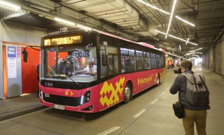 Różowe autobusy z żółtym logo metropolii będą kursować na lotnisko w Pyrzowicach