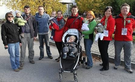 Najmłodsi uczestnicy rajdu - Franciszek i Kinga Lisowscy z rodzicami Barbarą i Marcinem oraz Andrzej Niedbała z rodzicami Kamilą i Grzegorzem.