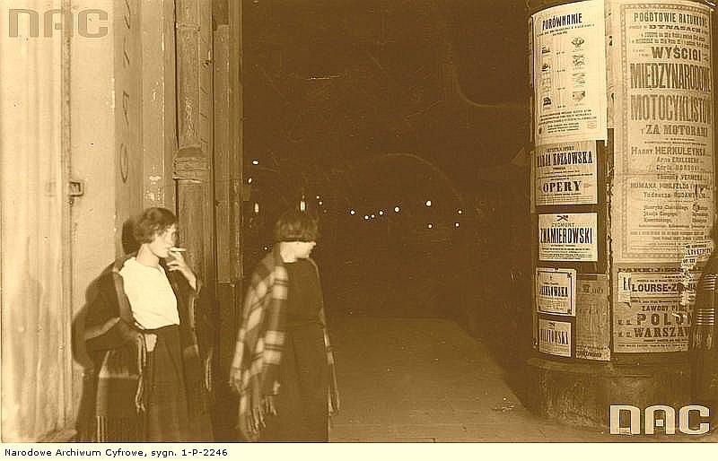 Prostytutki na ul. Marszałkowskiej, około 1925 roku. W tym czasie do Argentyny uprowadzono tysiące ich koleżanek po fachu [1]