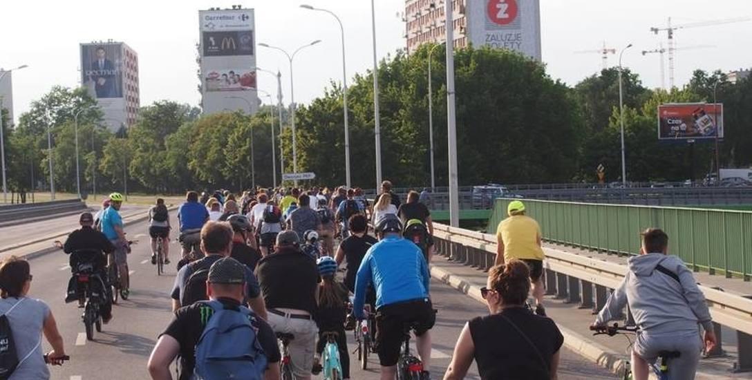 Rowerzyści w ramach poprzedniej masy krytycznej jechali po jezdni. Po chodniku po prawej jeździć nie można.