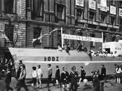 Pochód 1 maja 1966 roku ulicami Łodzi. Pracownicy PKS przygotowali makietę statku Łódź.