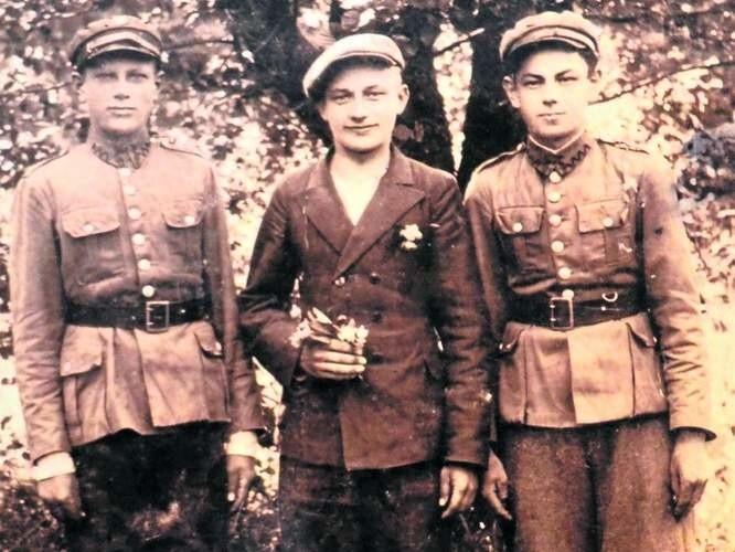 W domowym archiwum pana Franciszka Przytomskiego zachowało się m.in. to zdjęcie. Widać na nim dawnych kolegów z Kresów, Polaka z rodziny Witkowskich