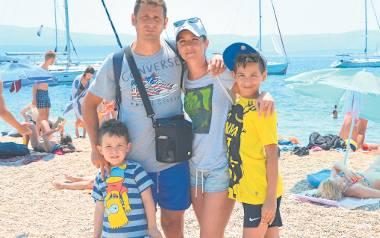 Jacek Kubicki lubi podróże. Od kilku lat urlop wakacyjny spędza w słonecznej Chorwacji. Na zdjęciu z żoną Justyną oraz synami 12-letnim Oliwierem oraz