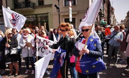 We wtorek (23 kwietnia) nauczyciele oraz osoby popierające strajk stawiły się pod pomnikiem Mikołaja Kopernika by zamanifestować swoje poglądy