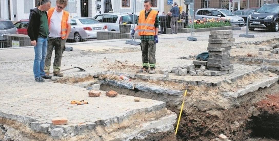 Wiosną ubiegłego roku część Rynku w Bochni rozkopano w poszukiwaniu murów ratusza. Teraz badacze tu powrócą
