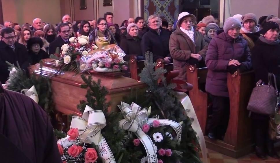 Film do artykułu: Ostatnie pożegnanie Anny Rzeszut w Baranowie Sandomierskim. Zebrani dziękowali za gawędę